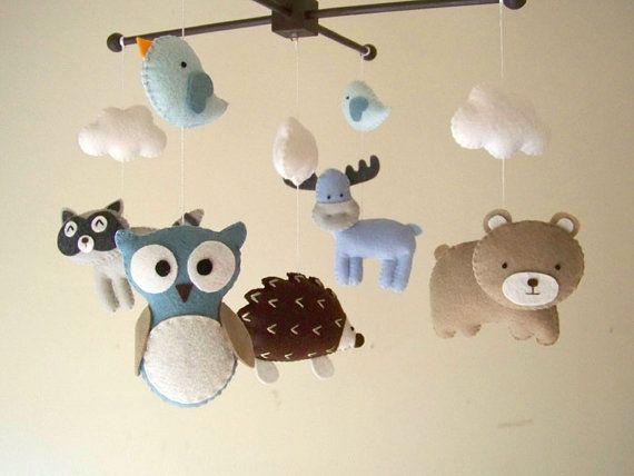 (((COMPREND))) Cette pépinière mobile contient 5 animaux - Cerf, chouette, ours, renard et orignal avec 3 nuages et 2 oiseaux. Elles sont suspendues à