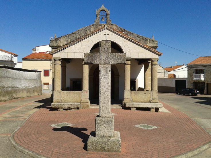 La Ermita del Cristo, situada cerca de la entrada a Montehermoso por el Sur, con sus robustos cruceros. En la fachada Sur hay un crucero roto, (Julio 2014).