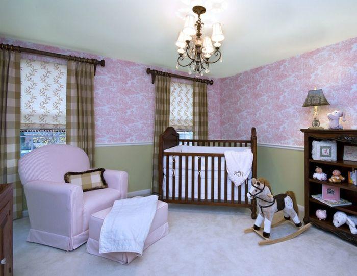 chambre bébé fille pas cher, plafonnier baroque, fauteuil lilas, papier peint floral lilas