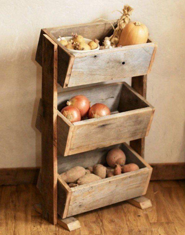 ancienne caisse en bois deco faire étagère avec vieilles caisses de vin neuves caissettes de pommes cagettes anciennes idee deco bibliothèque diy pas chere rangement livres recyclé acheter meuble design style ancien vintage légumes