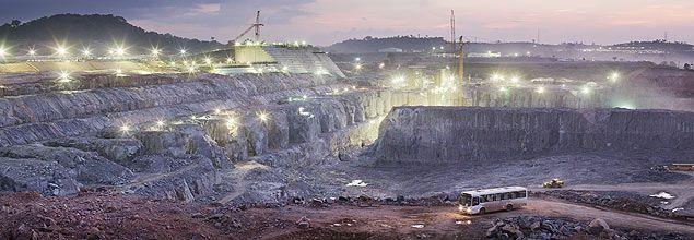 Vista noturna da canteiro de obras da usina hidrelétrica de Belo Monte, no Pará