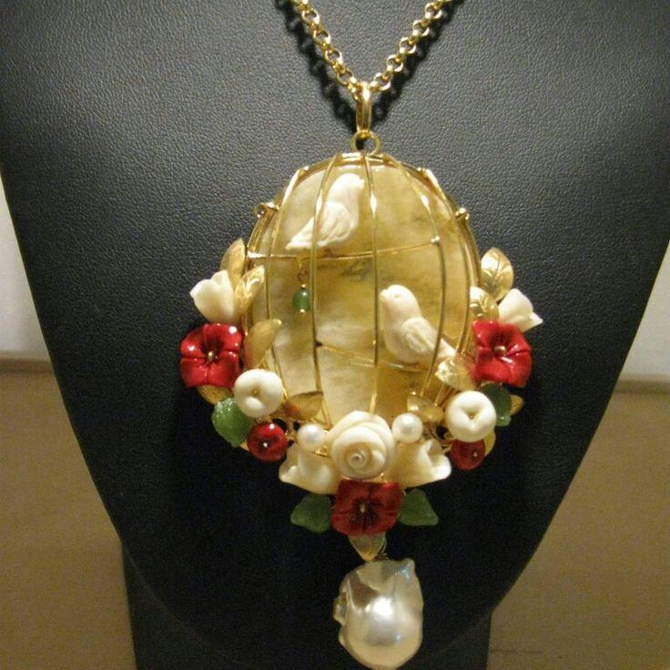 """""""Uccellini dell'amore"""" gioiello fatto interamente a nano, oro 9kt, corallo, osso, giada, calcedonio e perle. Firmato La Fucina di Cupido. #uccellini #corallo #osso #oro9kt #gioiellifattiamano #ciondolo #gioiellifirmato #amore #gabbiette #bird_carved"""
