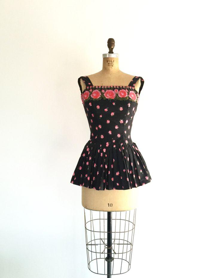 d e t een i l s---  Schattig zwart en roze roos print vintage 1950s kunstschaatsen kostuum met vierkante hals, op maat gesneden taille, en korte rok