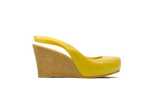 Come Cocò Chanel ha trasformato la semplicità in eleganza, questo sandalo, che rende omaggio a lei, sicuramente rappresenta questa affermazione. 100% Made in Italy, un colorato PVC superiore ed una originale zeppa da 8 cm in poliuretano espanso rendono questo modello leggero e confortevole. E' il sandalo perfetto per stare in piedi per molto tempo, senza rinunciare a una sobria frivolezza. È possibile personalizzarlo scegliendo tra le nostre varianti con accessori.