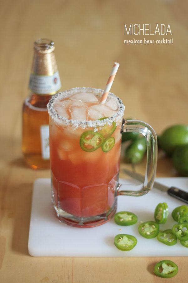 Michelada: bebida alcohólica que se prepara mezclando cerveza, jugo de limón, sal y una mezcla de salsas.