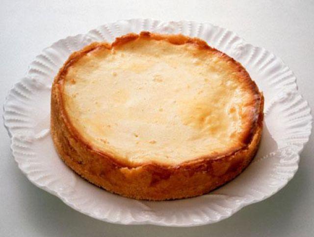 Американский сырный пирог из «Друзей» Сырный пирог – это, вопреки ожиданиям, отнюдь не то же самое, что чизкейк. Этот пирог принято считать американским блюдом. И как представители своей страны, друзья Рэйчел и Чендлер жадно поедают его прямо с пола, настолько его вкус изумителен. Сырный пирог уместен на любом праздничном столе, и новогодние праздники не исключение.