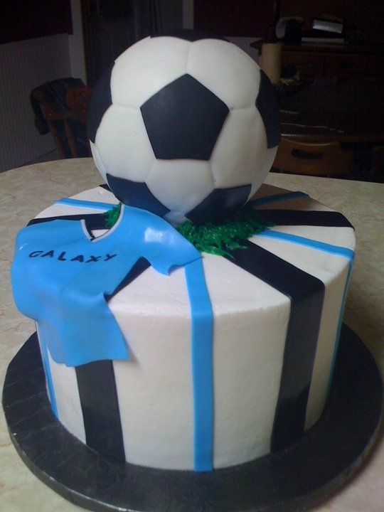 Cake Decorating Foam Balls : Fondant Soccer Cake (ball on this was no edible ...