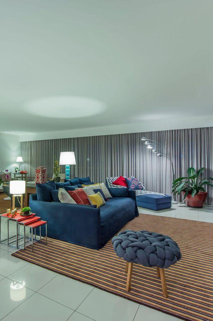 Home Theater, sofá azul marinho, almofadas em vermelho, crú e mostarda, mesinhas laterais tipo ninho, chaise longue com manta chevron.