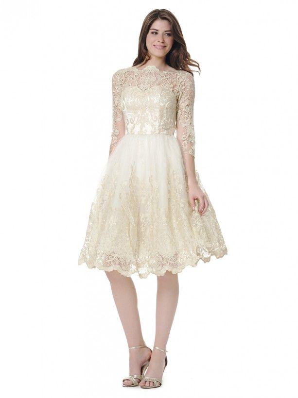 Svatební šaty Chi Chi London Verity Ty nejkrásnější šaty pro Váš velký den! Dokonalé šaty jako stvořené pro svatební slavnost či jinou podobně speciální příležitost z limitované edice londýnské módní dílny. Barva champagne (světle krémová) vyšívané zlatou nitkou, která dodá šatům lesk a slavnostní ráz, bohatý objem sukně vytváří celkem 4 vrstvy světlounce krémové spodničky a celkový dojem dotváří vrchní krajková vrstva, elegantní tříčtvrteční rukáv. Míry: přes prsa 90 cm, pas 76 cm, rukáv od…