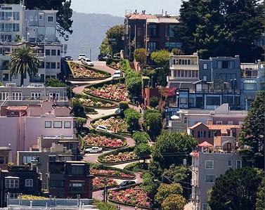 Passeggiate a piedi lungo gli angoli più affascinanti e caratteristici del mondo. Stradine strette, tortuose e in salita da percorrere almeno una volta e fotografare.  Lombard Street, San Francisco.  http://www.cambiocasa.it