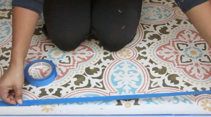 Mira aquí, la guía completa de cómo diseñar el piso de tus sueños. Hazlo tú mismo. Materiales. Pintura para tiza del color que tu desees pintar. Barniz mate. 3 brochas de punta redonda y distintos tamaños. Una broca plana grande. Contra enmascara. Una cuerda de tiza. Una cinta métrica.
