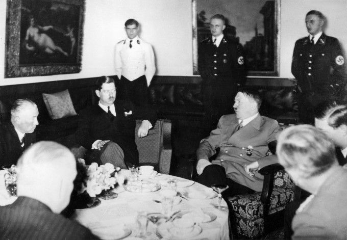 Mihai impreuna cu Regele Carol al II-lea si Adolf Hitler, la resedinta lui Hitler de la Obersalzberg, 1938.