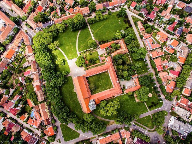A szegedi Mátyás király tér az 500 éves ferences templommal - felülnézetből. Ötvös Sándor fotója