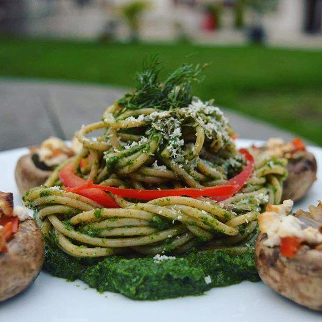 Spaghetti z szpinakowym pesto i serem kozim oraz pieczarki nadziewane warzywami :) coś dla wegetarian 🍵  Składniki: Pesto⬇️ ✔️mrożony szpinak ✔️ser kozi ✔️czosnek,cebula ✔️pieprz, sól ✔️makaron pełnoziarnisty ✔️pieczarki ✔️papryka czerwona ✔️cukinia  Z pieczarek usuwany nóżkę i jak trzeba wydrążamy ze środka tak by zrobić miejsce na farsz. (Nóżek nie wyrzucaj, szacunek do produktu przede wszystkim! Przydadzą się w kolejnym etapie) następnie w bardzo drobna kostkę kroimy cebule, czerwona…