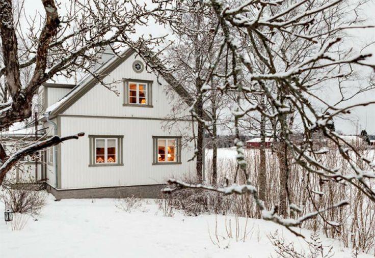 Lumisen pellon laidassa kohoaa vanha, valkoinen puuhuvila. Siellä asuu kolmihenkinen perhe, joka rakastaa joulua. Koti ja keittiö.
