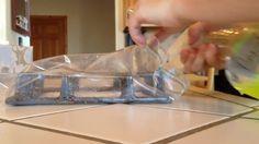 Pulire la piastra per i fornelli è spesso un'operazione noiosa e faticosa. Quello che vedete però è un metodo efficace e semplice: basta chiudere in una busta di plastica la piastra spruzzandoci dentro dell'ammoniaca. Poi chiudere, lasciare che l'ammoniaca agisca e poi togliere i residui, aiutandosi con una spugna.