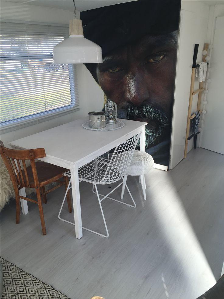 Mini-huisje, stacaravan, mobilehome, fotobehang, wit laminaat, meubelen en Interieuradvies by DHome