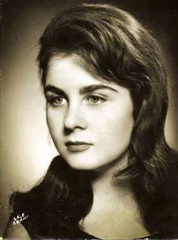 """Fatma Girik Her ne kadar dramatik karakterleri de başarıyla canlandırabileceğini ispatlasa da, mavi gözleri ve canlı kişiliğiyle 60'lı ve 80'li yılların filmlerine damgasını vuran Girik, oyunculuk kariyerine 1957 yılında """"Leke"""" isimli bir köy filmiyle başladı."""