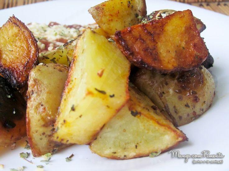 Batata Assadas Temperadas, perfeito para carnes e peixes. Para ver a receita, clique na imagem para ir ao Manga com Pimenta.