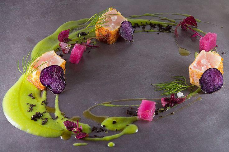 Rocco Violante   foto Ezio D'Onghia   Cubo di pesce spada, tarallo tostato, crema di piselli, patata viola e sale maldon affumicato