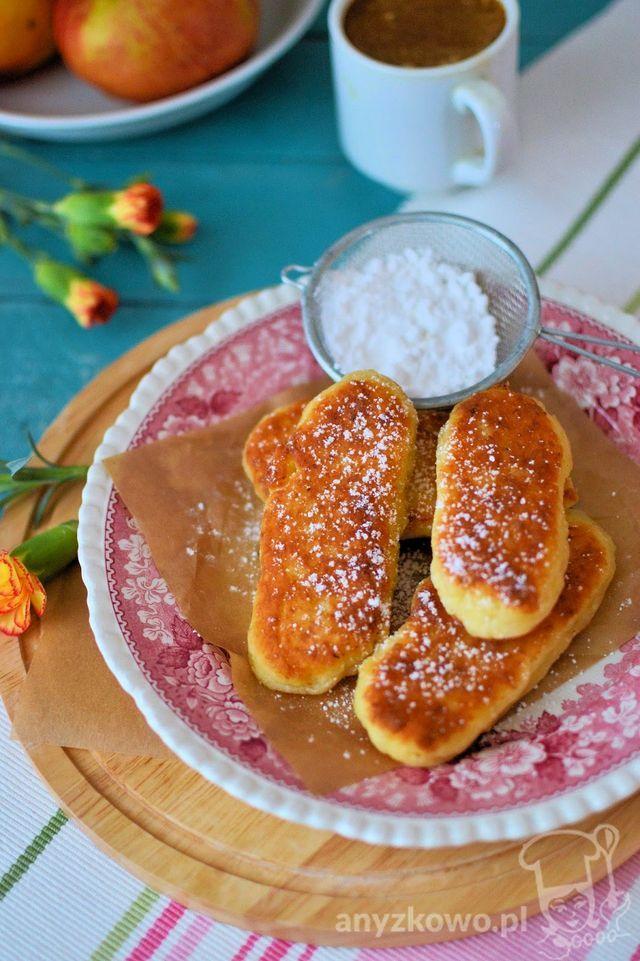 Placuszki twarogowe z jabłkami Składniki : 200g twarogu, 1 duże jabłko, 1 jajko, 2 łyżki cukru, 2 łyżki śmietany, 1/2 łyżeczki proszku do pieczenia, 3-4 łyżki mąki, olej do smażenia. Przygotowanie