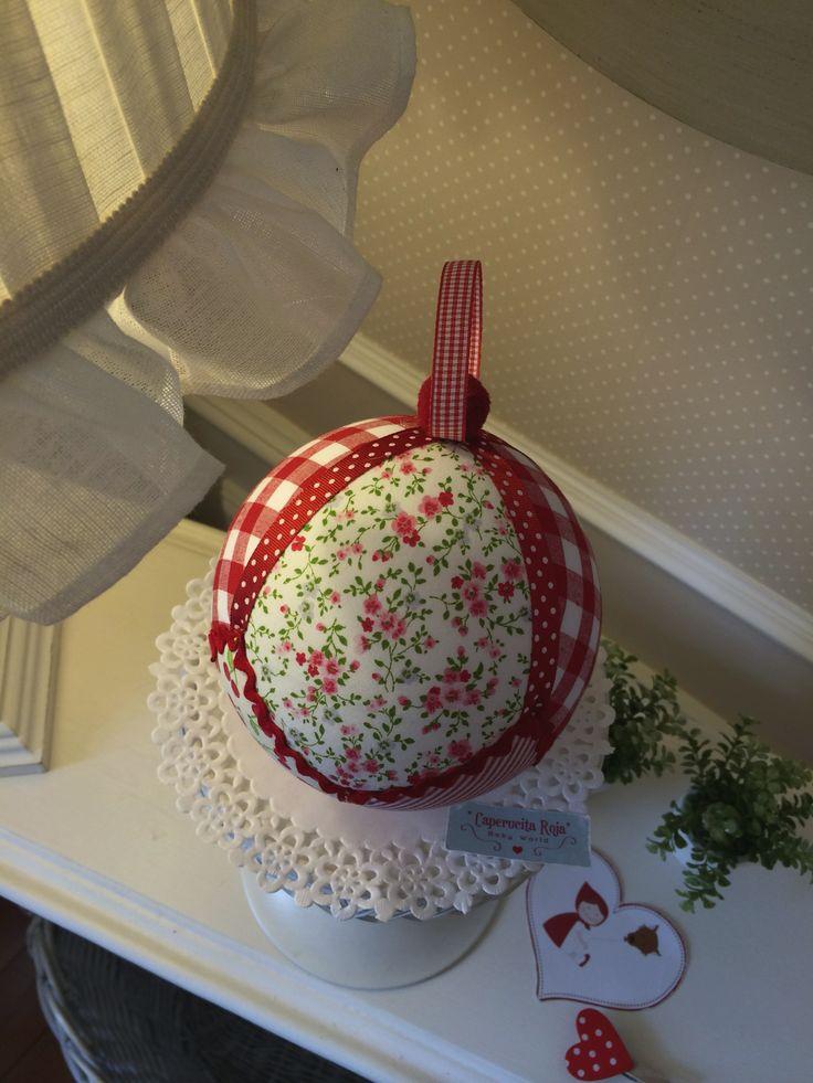 Con tela de pequeñas flores en rojo y verdes...