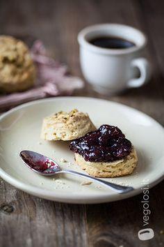 Scones vegan con confettura - Gli scones vegani con marmellata sono dei piccoli panini dolci, a lievitazione veloce, che abbiamo voluto insaporire con della vaniglia e farcire con una buona marmellata di fichi. In Inghilterra si servono con il tè ma a noi piacciono molto anche a colazione.