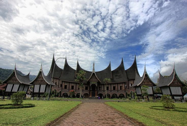 rumah adat masyarakat minangkabau
