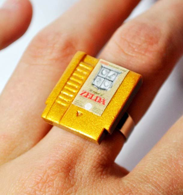 Some ultra cute retro-gaming jewelry for geeky girls! Rings, earrings and key rings showing the effigyof cartridges of cult video games from the NES or Ninten