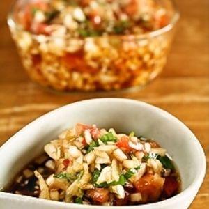 丸ごと1個の玉ねぎとトマトが入った万能ドレッシング♪使い方は無限大!野菜のソースはもちろん、お豆腐に乗せたり、お肉やお魚のソースにもバッチリ!素麺のトッピングにも使えます。