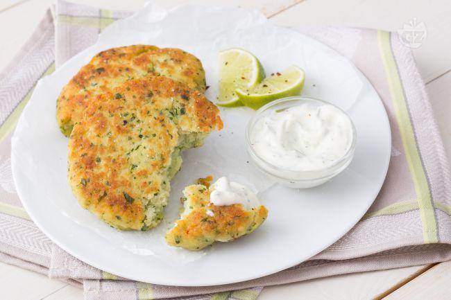 Le cotolette di pesce sono un secondo piatto sfizioso e croccante accompagnato da una fresca e aromatica salsa allo yogurt.