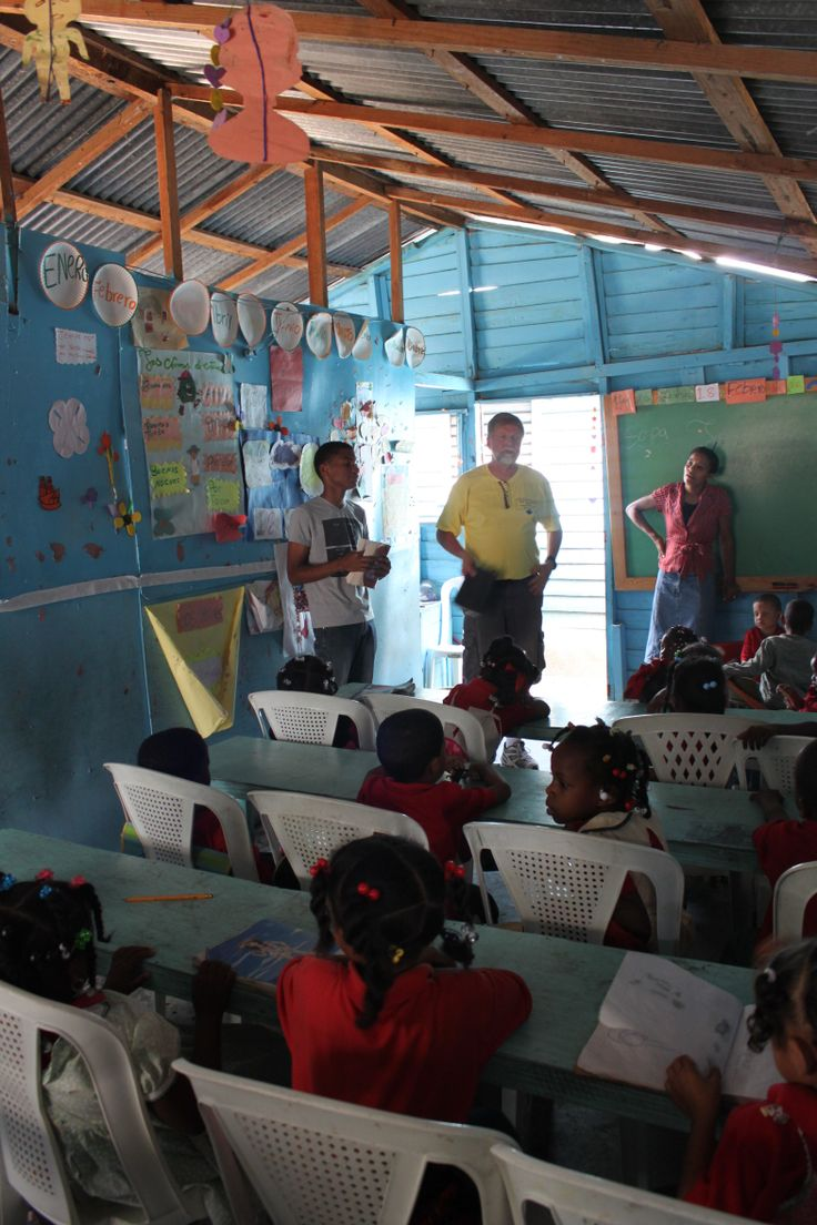 telling a Bible story in the school in El Cacique.