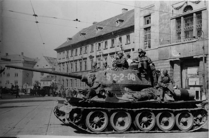 Red Army soldiers with liberated Australian POW. Prague, 9.05.1945.