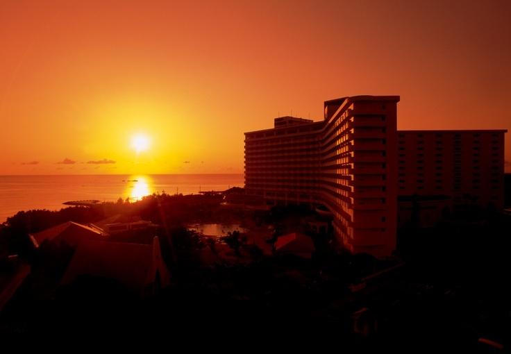 空も海もホテルまでも全てを茜色に染める夕陽は、忘れられない感動のシーン。