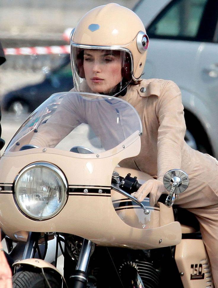 Keira Knightley en Ducati 750 SS pour Chanel