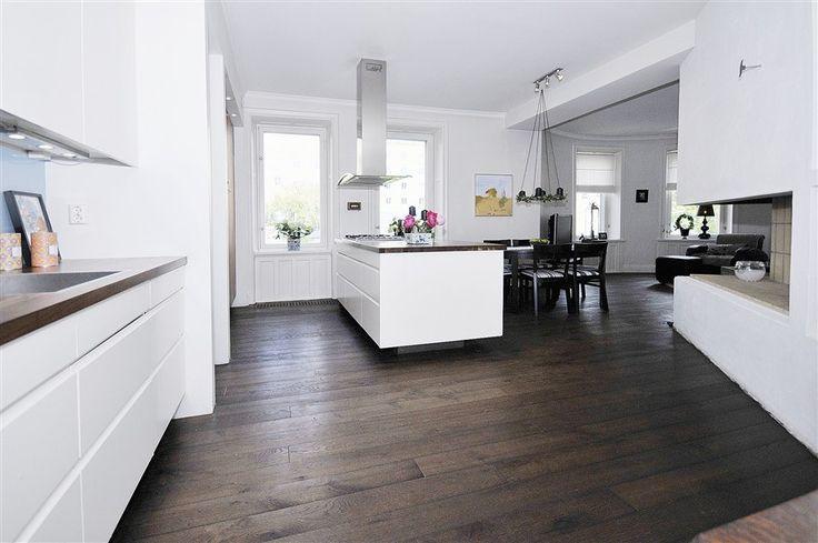 estilo nrdico sobre suelo de madera de roble azulejos modernos suelos de parquet y cocina americana