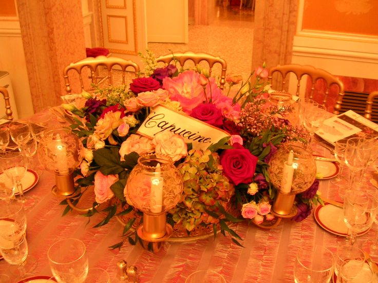Centro tavola floreale e sedie chiavarine dorate. #gold, #flowers, #table, #candle, #wedding, #calligraphy Matteo Corvino Set Designer