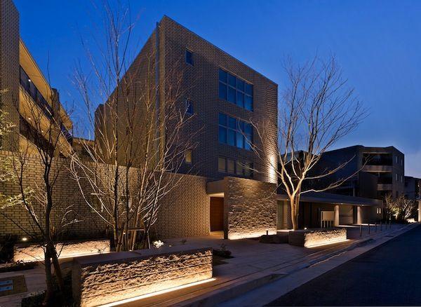 31. IALD ödülleri kapsamında Branz Koshien projesi Excellence (Mükemmellik) ödülünü kazandı. Bu apartman kompleksi, Japonya'nın Osaka şehri yakınlarında tarihi bir kent olan Koshein'de inşa edildi. Tuğla ve taşlardan yapılmış duvarlar kentin doğal güzelliğini temsil ediyor. Proje kapsamında yapılan aydınlatma tasarımı bu vilayetin zengin tarihini de açığa çıkarıyor. Projede kullanılan tüm aydınlatma kaynakları LED'lerden oluşuyor. Yarışmanın …