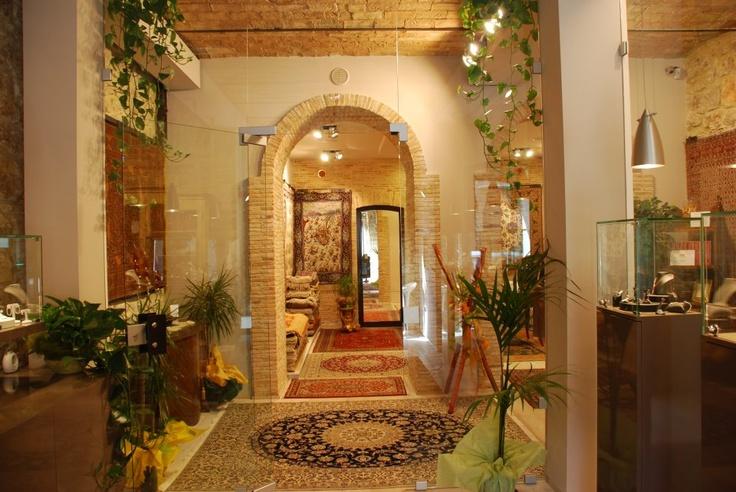 uno scatto di una parte della nostra galleria, sono visibili alcuni tappeti ed il nostro stile, photo taken in a side of our gallery, see the carpets on the floor and our internal style. www.mrgallery.eu