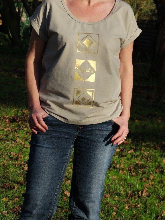 Trop Top [Femme] (IvanneS)Version A avec encolure rabattue et option revers de manches. Jersey nougat (Little Fabrics), flex or (Happy Flex)