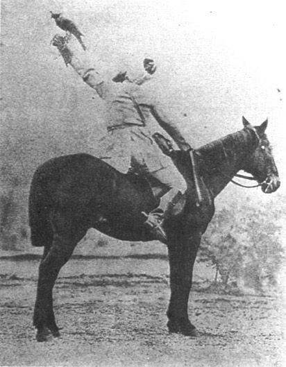 Граф Альфонс де Тулуз-Лотрек, отец  Анри де Тулуз-Лотрека, на соколиной охоте, 1879. Фотография.