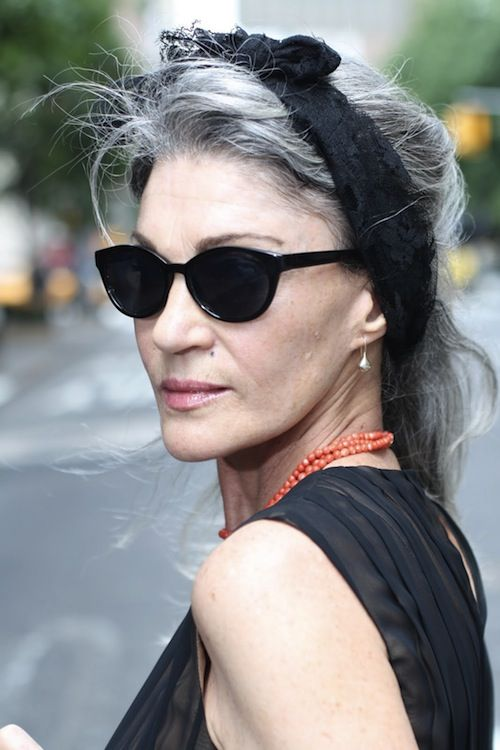 natural grey with advanced style. Gosh I hope I will have the courage one day to let the grey through. So chic!