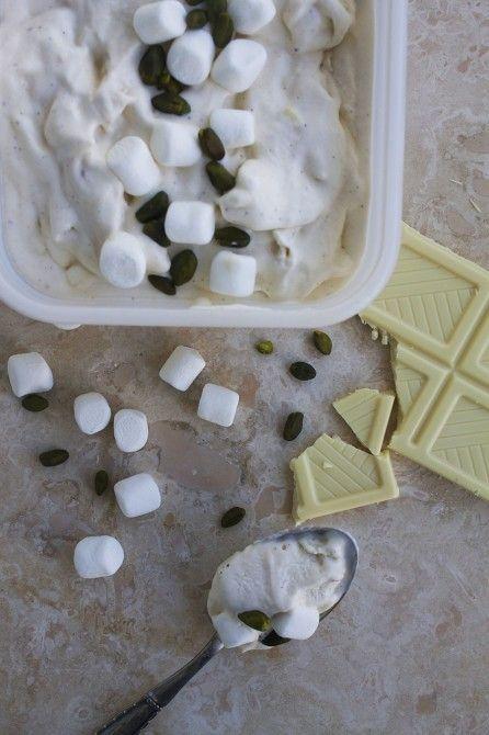 Vaniljeis med hvid chokolade og marshmellows // Ice cream with white chocolate and marshmallows