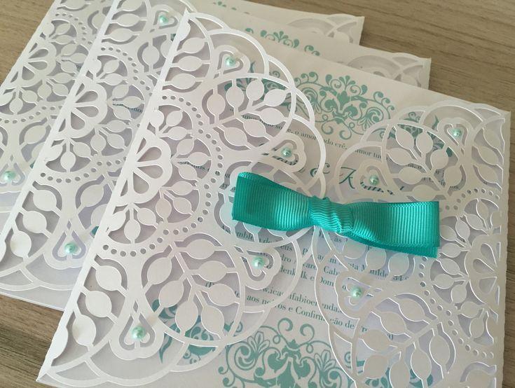Lindo envelope para deixar seu convite mais glamouroso. Confeccionado em papel de alta gramatura Perolado, Liso ou Rústico. <br>As cores são definidas pelo comprador, consulte mostruário de cores. <br> <br>VALOR REFERENTE APENAS AO ENVELOPE. PARA INCLUIR O CONVITE CONSULTE OS VALORES! <br> <br>Consulte opções de apliques para fechamento. <br> <br>A parte de trás não é vazado, permitindo escrever o nome do convidado. <br>Podemos confeccionar em tamanhos diferentes.