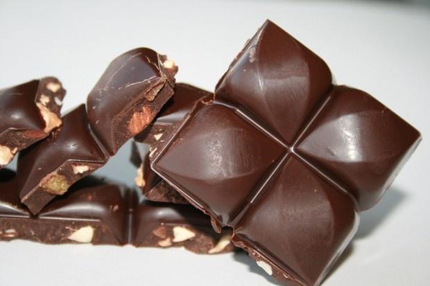 Eti'nin daha önce çikolata keyfi adıyla tanıttığımız bir çikolatası bu sefer Eti Karam olarak karşımızda. Farkları şu: kakao oranı T olarak belirtilmiş, çikolatanın şekli değişmiş. İçerik aynı, bitter,  portakal,  badem içeriyor. Ama en önemli değişiklik şekli. Bu tasarımı özel olarak bir tasarımcıya yaptırdıklarını okumuştum.
