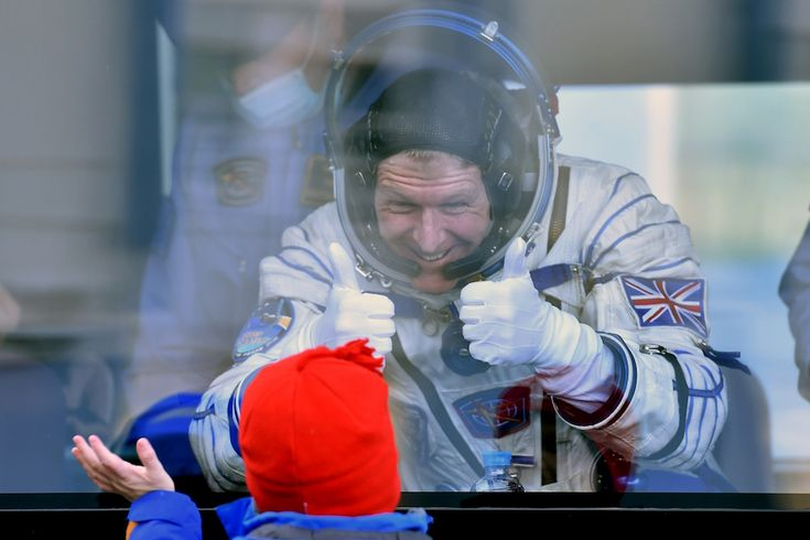L'astronauta britannico Tim Peake saluta sua figlia da un vetro. Dal 15 dicembre Peake è partito per la Stazione Spaziale Internazionale (KIRILL KUDRYAVTSEV/AFP/Getty Images)