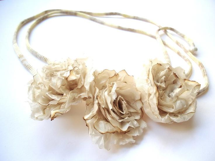 Ruban pour cheveux ou collier ou encore ceinture avec 3 petites fleurs en soie naturelle couleur beige shabby, aspect chiffonnés .  Le ruban est de co