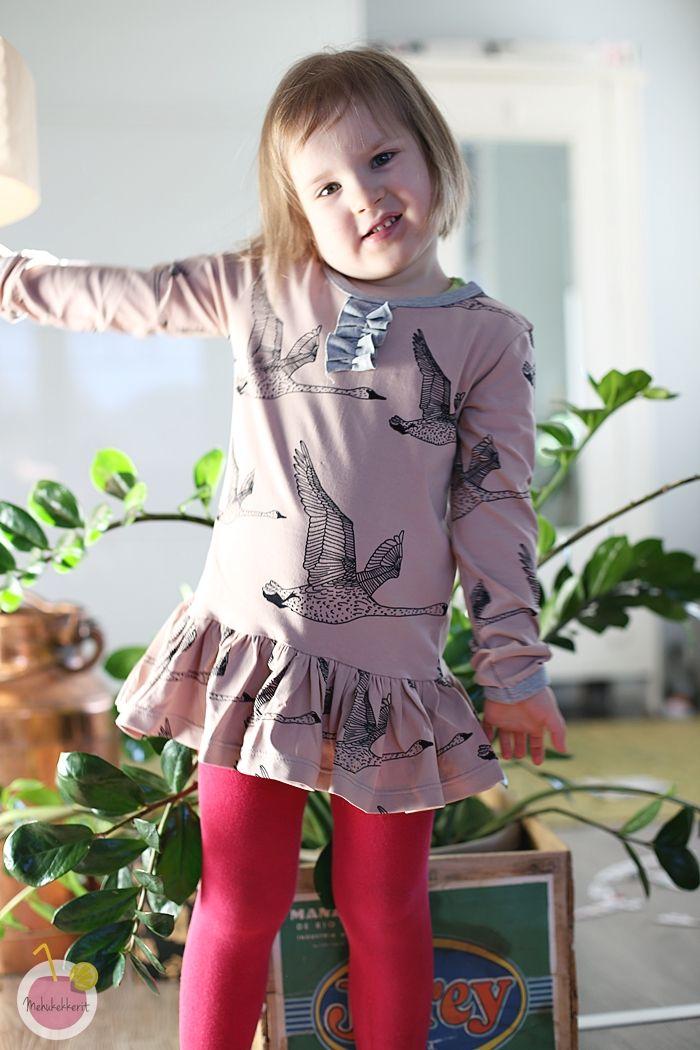 Helman rypyttäminen ja mekon ompelu paitakaavasta  