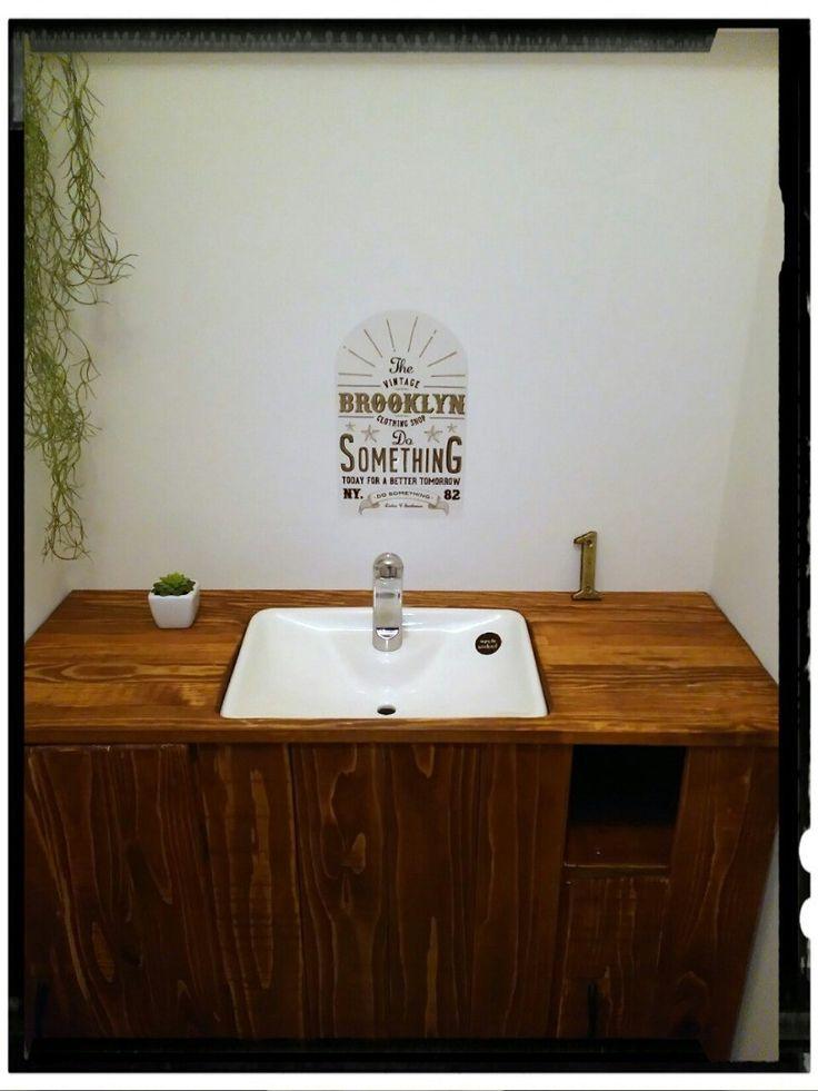 物置同然だった一階のトイレ。風水とか詳しくないけどこれではイカン!運気も下がるで!と一念発起でトイレまるごとリメイクしました! タンクレス風トイレにすることと、狭いので少しのスペースも無駄にできない!と収納庫も兼ねることにしました!