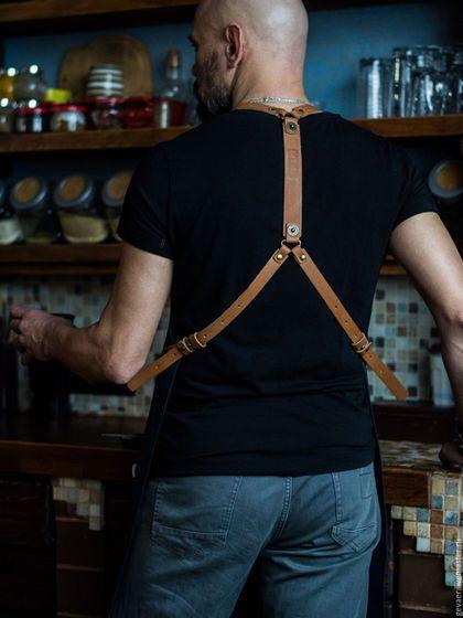 Купить или заказать Фартук мужской  'Профи 43_К' в интернет-магазине на Ярмарке Мастеров. На заказ. Ваш муж гурман и любит творить на кухне? Представьте его в этом стильном фартуке: - плотный, легкий материал с армированной нитью надежно защитит одежду от случайных брызг - кожаные ремни-лямки, перекрещивающиеся на спине, удобно лежат и не натирают шею. К тому же они отлично подчеркивают ширину мужской спины) - благодаря кобурным застежкам удобно будет настроить под себя длину ремней,…